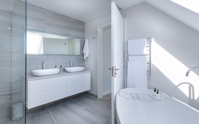 moderná biela kúpeľňa.jpg