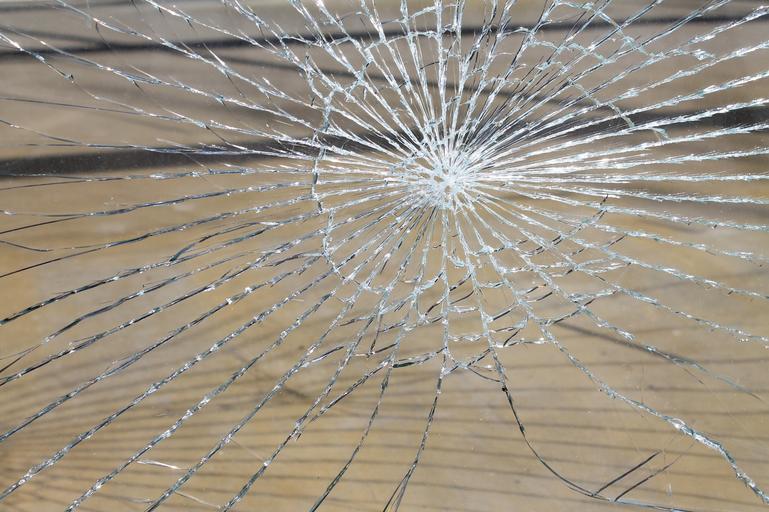 Detail na rozbite, prasknuté sklo.jpg