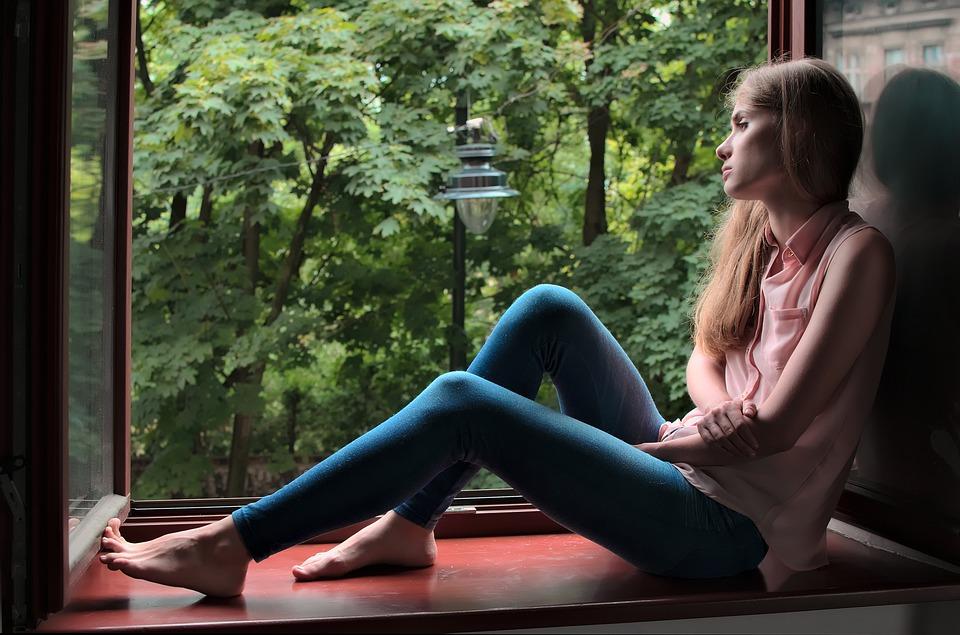 mladá žena, okno